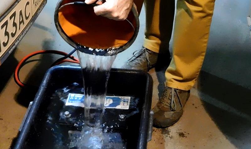 Заливка аккумулятора водой